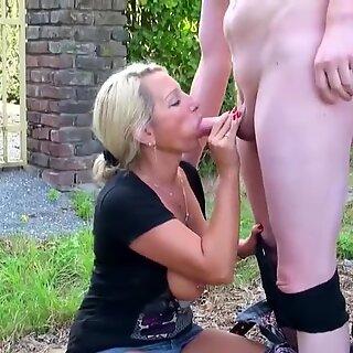 Milf Hilft Young Guy Bei Der Entjungferung