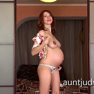 Pregnant Iviola fingers her hot wet pussy