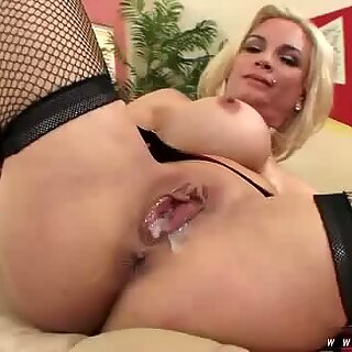 Hottie Diamond Foxxx enjoys to spurt thick cum on her blonde pussy