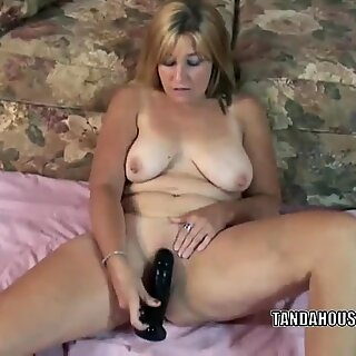 Mature slut Liisa is fucking her plump pussy with a toy