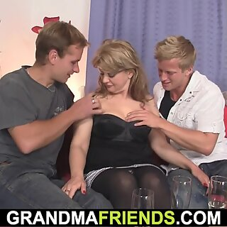Lady Sucking And Fuck At Same Time